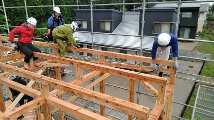 上棟では、複数の大工さんで進めます。須賀川市北横田|郡山市 新築住宅 大原工務店のブログ