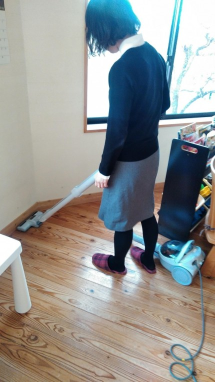 新しい掃除機でフローリングの間を掃除してます。郡山市安積町| 郡山市 新築住宅 大原工務店のブログ