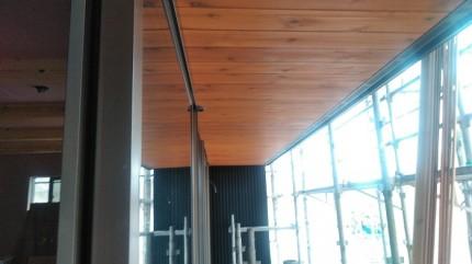 軒天に杉の羽目板を貼ってます。須賀川市北横田|郡山市 新築住宅 大原工務店のブログ