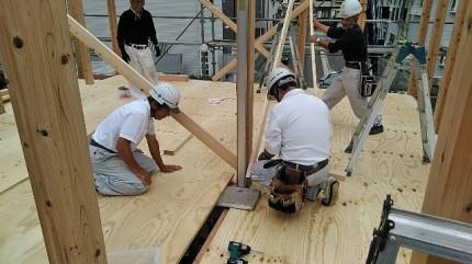 新築住宅の垂直を見る工程です。