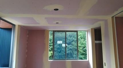 下地処理を数回行ったら壁紙を貼っていきます。須賀川市北横田 郡山市 新築住宅 大原工務店のブログ