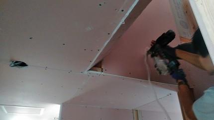 階段上の石膏ボード施工中です。郡山市田村町|郡山市 新築住宅 大原工務店のブログ