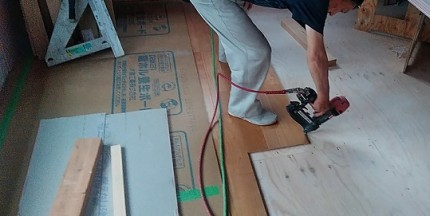 フロアタッカーで床材を留めていきます。郡山市大槻町|郡山市 新築住宅 大原工務店のブログ