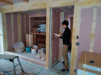 ビスやボードの繋ぎ目に下地を塗っていきます。本宮市葭ヶ入| 郡山市 新築住宅 大原工務店のブログ