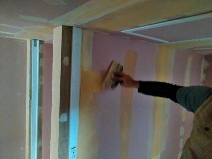 パテを重ね塗りしていきます。本宮市葭ヶ入| 郡山市 新築住宅 大原工務店のブログ