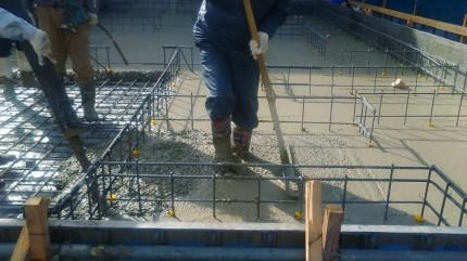 流したコンクリートをコテで鳴らしていきます。郡山市亀田|郡山市 新築住宅 大原工務店のブログ