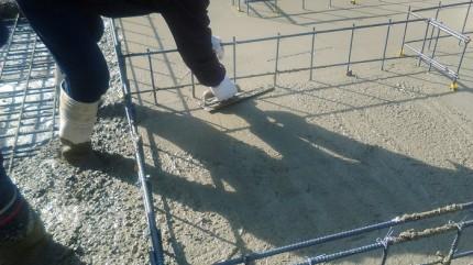 コンクリートをならしています。郡山市亀田|郡山市 新築住宅 大原工務店のブログ
