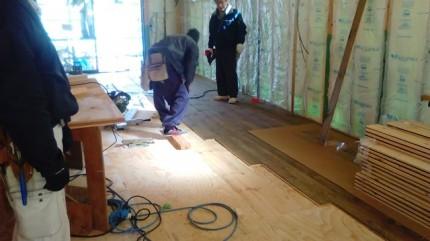パインの床板の施工です。|郡山市 新築住宅 大原工務店のブログ