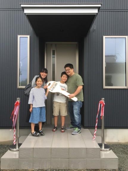 ビックキーを持っていただき記念撮影です。田村市船引町|郡山市 新築住宅 大原工務店のブログ