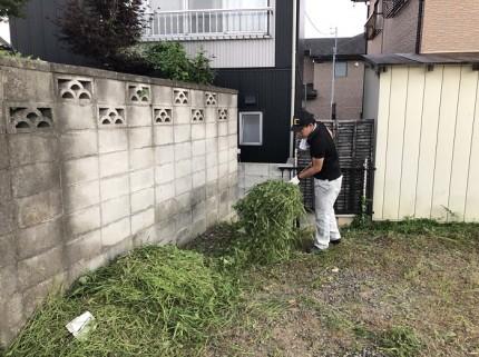 刈った草を集めていきます。郡山市大槻町|郡山市 新築住宅 大原工務店のブログ