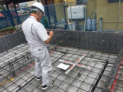検査員に、図面通り施工されているか確認です。福島県会津若松市|郡山市 新築住宅 大原工務店のブログ