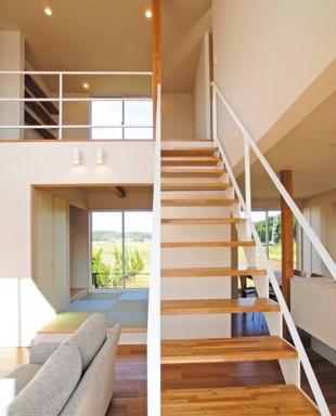 キッチンとリビングをあいまいに間仕切るスケルトン階段|郡山市 注文住宅 大原工務店 施工例
