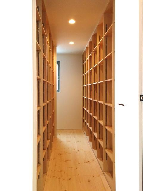郡山市日和田町S様邸造り付け本棚のある書庫|郡山市 シンプルモダン住宅 大原工務店のお客様の声