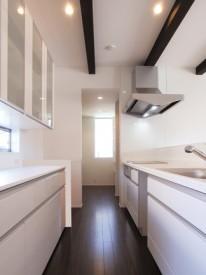 ダークブラウンが落ち着いた印象を与えるスタイリッシュな家-キッチン-|郡山市 注文住宅 大原工務店の施工例