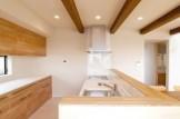 キッチンコーナーは造り付けのカウンターユニット食器棚を合わせてスマート&クール