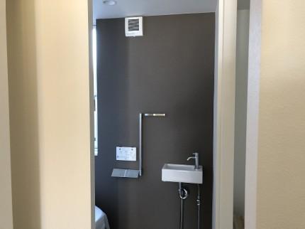 トイレのクロスを一面貼り分けしてます。郡山市町東|郡山市 新築住宅 大原工務店のブログ