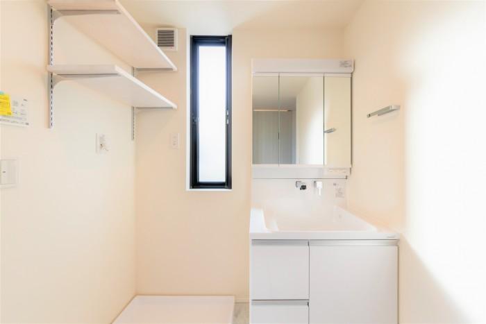 白を基調とした清潔感のあるM様邸の洗面所。郡山市富田町| 郡山市 新築住宅 大原工務店のブログ
