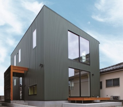 玄関ルーバーがある、黒い外観のキューブ型のお家です。|郡山市 新築住宅 大原工務店のブログ