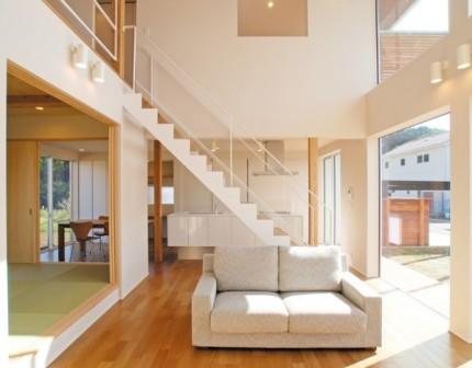 リビングとキッチンをあいまいに仕切るスケルトン階段|郡山市 注文住宅 大原工務店 施工例