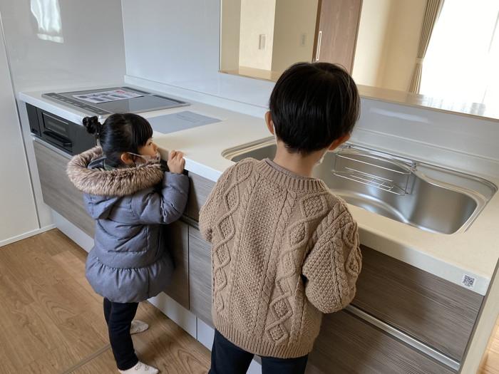 お子様がキッチンを探検している様子です!  郡山市 新築住宅 大原工務店のブログ