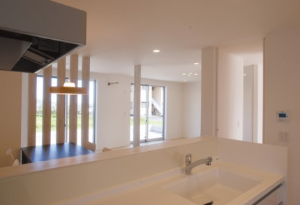 ナチュラルで暖かみのある、外観・内装を白で統一した新築-キッチン-|郡山市 注文住宅 大原工務店の施工例