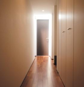 シンプルモダン 黒が美しい上質ワンフロアの平屋-廊下-|郡山市 注文住宅 大原工務店の施工例