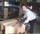 造作下駄箱の棚板を切っている社長です。郡山市安積町|郡山市 新築住宅 大原工務店のブログ