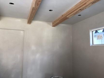 リビングに漆喰を塗ってます。田村市船引町 郡山市 新築住宅 大原工務店のブログ