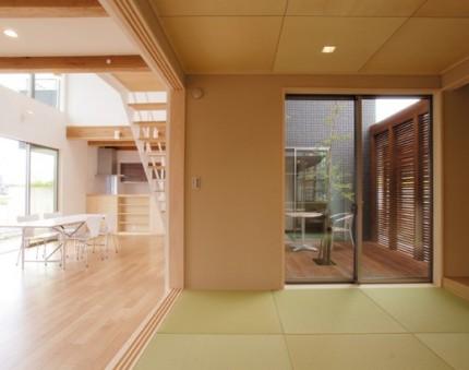 リビング続きの和モダン和室-コの字型の家-