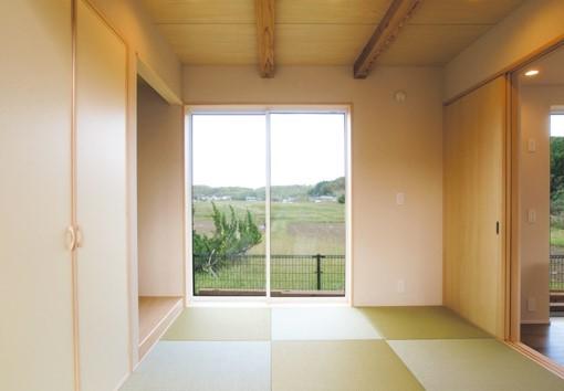 北側の景色を掃出し窓から取り込む小上がり和室|郡山市 注文住宅 大原工務店 施工例