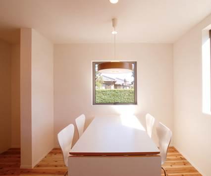 深い軒先と白と黒の外観が際立つ和テイストのパッシブデザイン住宅-ダイニング-|郡山市 注文住宅 大原工務店の施工例