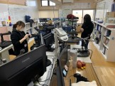 椅子の脚の掃除をしています。郡山市安積町| 郡山市 新築住宅 大原工務店のブログ