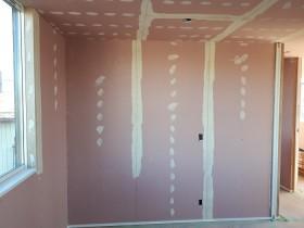 クロスを張る前の下地(パテ)を塗っているところです。郡山市安積町|郡山市 新築住宅 大原工務店のブログ