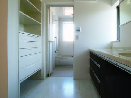 たっぷりの光を取り込む二世帯住宅-洗面脱衣所-|郡山市 注文住宅 大原工務店の施工例