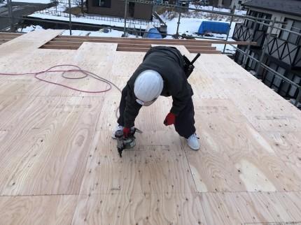 野地板を大工さんがビスで止めていきます 田村市船引町 | 郡山市 新築住宅 大原工務店のブログ
