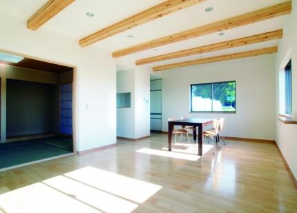 たっぷりの光を取り込む二世帯住宅-リビング-|郡山市 注文住宅 大原工務店の施工例