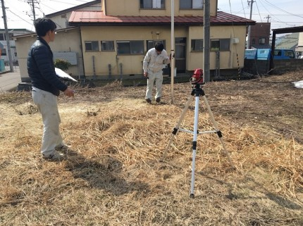 オートレベルを使って高さを測っていきます。福島県会津若松市|郡山市 新築住宅 大原工務店のブログ