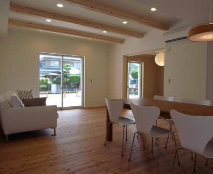 バランスとディテールを整えたシンプルで美しい住まい-リビング-|郡山市 注文住宅 大原工務店の施工例