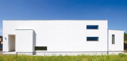 シンプルモダンな白いコートハウス外観-平屋-|郡山市 注文住宅 大原工務店 施工例