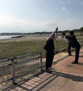 スタッフみんなで記念撮影in宮崎の海