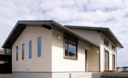 屋根裏部屋と吹抜けで構成される広がりの演出された平屋-外観-