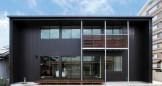 ガルバリウム黒色の外観と木のぬくもりを感じる注文住宅-外観-|郡山市 注文住宅 大原工務店の施工例