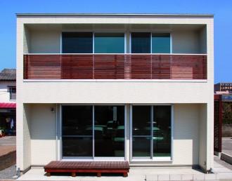 パーゴラ付き 実際以上の高さと広さを生み出す新築-外観-