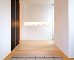 通風・採光に配慮した深い軒先を持つ寄棟の家~玄関~|郡山市 注文住宅 大原工務店 施工例
